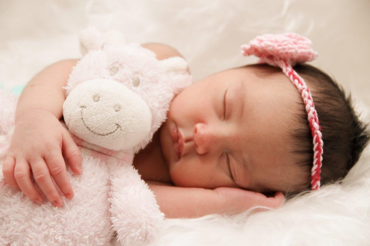 כמה תינוק צריך לישון
